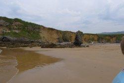 Un acantilado bajo separa la playa de los prados