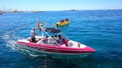 Notre magnifique bateau, équipé d'une grosse sono pour glisser sur l'eau en musique!