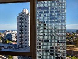 Vista do Rio de la Plata, janelas enormes nos apartamentos