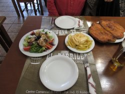 Dos platos emblemáticos de este restaurante del Vallès Oriental: patatas bravas y ensalada Barri