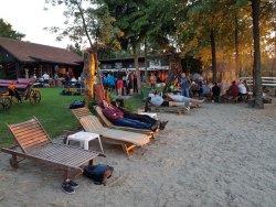 Piaszczysta, prywatna plaża z leżakami do dyspozycji gości.