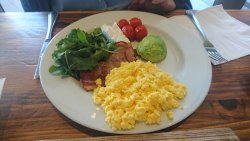 Scrambled eggs with bacon, feta and baby tomatos