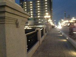 夜の橋を照らす明かりが、何とも言えぬ雰囲気を醸し出している。