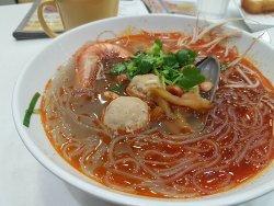 海鮮豬肉丸酸辣粉...小辣啫, 使唔使咁多辣油呀!