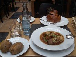 Patate, zuppa con polpette e Gulash servito nel pane