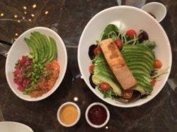 Quinoa Poke Bowl; atún y salmón en base de quinoa con edamame, aguacate y un  toque de cebollín