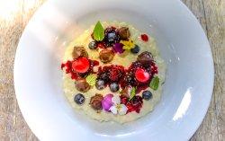 Csokoládés tejberizs piros gyümölcsökkel