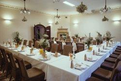 """Sala Kominkowa - stół w układzie """"E"""" dla 50 osób"""