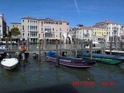 運河沿いに不思議な手が見えます