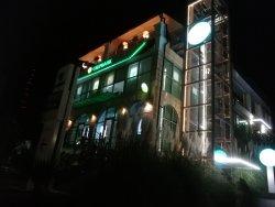 Фасад здания в котором находится плакучая ива