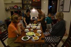 Familien har inviteret på middag.