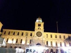 Il monumentale Palazzo del Capitanio inframmezzato dalla Torre