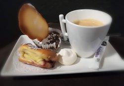 Café gourmand, fondant chocolat, éclair fruits rouges et meringue maison