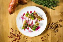 Verza marinata, purea di batata, noci, salsa di uva e rosmarino