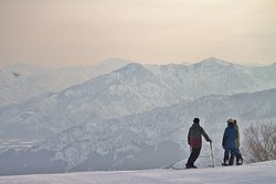 朝日と越後の山々が魅せる幻想的な雪山風景。