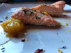 Salmone al forno con arance caramellate al profumo di cannella
