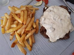 Steak sauce champignons accompagné de frites de pomme de terre. Super bon