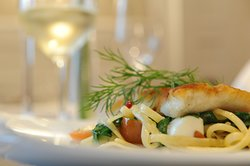Weinrot steht für Fischgenuss: Limandesfilet mit Pasta