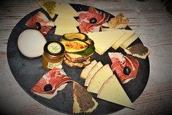 tagliere Artistico: jamon serrano e selezione di formaggi