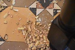 De pellen van de noten mochten op de grond gegooid worden...