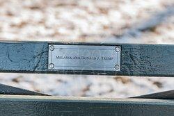 Banco de Central Park sufragado por Melania y DOnald J. Trump