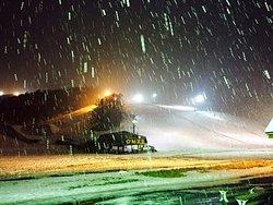 昼間は海に向かって滑り、夜は23時までやってる土日だけで無く仕事帰りにも滑れる。札幌の街からも近く、それでいて雪質は極上パウダー。ニセコ、キロロ、ルスツに行けない時はここで練習です。