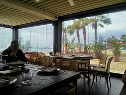 Muy buen sitio para ir a comer junto al mar