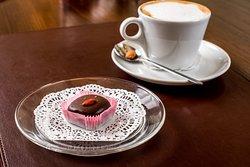 Шоколадная конфета с начинкой из орехов и фиников ручной работы.