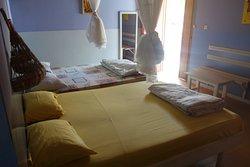 Chambre pour 4 personnes avec salle de bain privative avec ou sans air conditionné.