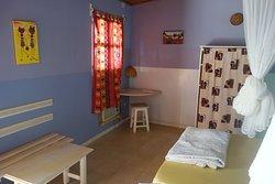 Chambre double vaste avec petit coin bureau. Wifi dans les chambres.