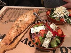 греческий салат и горячая лепешка