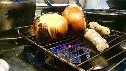"""Für die  """"Pho""""- Nudelsuppe: Zwiebeln, Ingwer und Gewürze rösten bevor sie in der Brühe ziehen"""