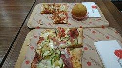 Pizza con cipolla fritta ed 1 arancino al ragù
