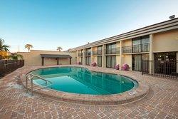 Red Roof Plus+ Neptune Beach - Mayport/Mayo Clinic
