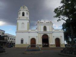 Fachada principal de la iglesia