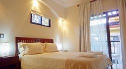 Este condominio tiene dos camas queen, hay otras con cama queen y dos camas individuales