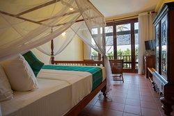 Room 5-1st floor-TV. Ocean View, ensuite bathroom. Balcony. Bed 6 x 7 ft. Room 5/6 connecting do