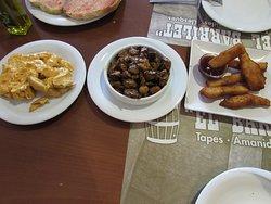Varias raciones en el restaurante El Barrilet (Granollers).