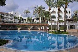 Blick über den Pool zum Hauptgebäudes des Hotels