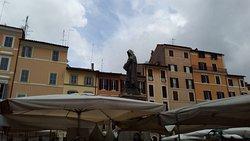 La statua al centro della piazza