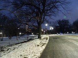 Senderos por la noche tras un día de nieve