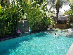 la belle piscine au centre de l'hôtel et les chambres donnent toute dessus.