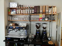 Here you can see the coffeemachine, tea's, syrups and hot chocolate milks.