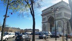 Триумфальная арка днём