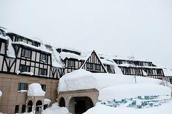 1月の外観。雪がかなり多い。