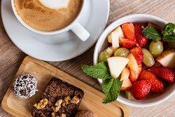 Jeden Tag frischen Obstsalat und unsere hausgemachten Roh-vegane Leckereien