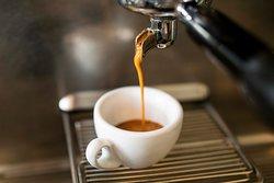 Frisch gebrühter Kaffee von einer lokalen Rösterei