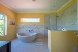 Suite Shiraz - Main Bathroom