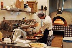 pizzaiolo aan het werk