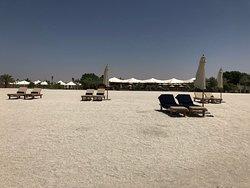 Blick vom Strand zum Restaurant mit Pool